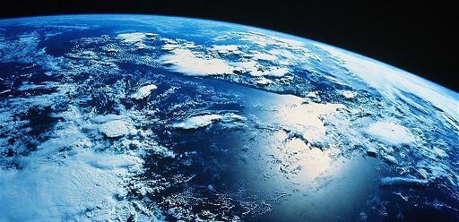 禪坐時,可以試著感受地心引力的力量,同時可以感受地球轉動的速度,是非常緩和的,緩和到察覺不出來。這裡面就充滿了大智慧--在柔和的環境中,才可以包容萬物,讓各種生物得以生存。同樣的,如果我們的心也能和地球轉動一樣柔和,讓人不會感覺排斥,就會很有親和力,讓人喜歡與你做朋友,也會得到民眾的擁護。這雖然是一個大自然的現象,但充滿了智慧。由此可知,我們在禪定中若能開悟,就可以從中得到很多智慧,並且將之應用在人生上。文章摘自 《改變命運的智慧禪》