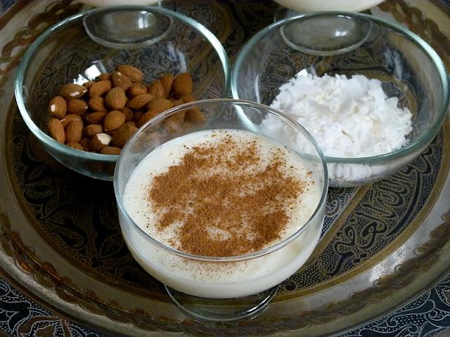 Ägyptischer Milchreis Rezept Ros bil Laban mit Zimt Kokosnuss und Nüssen