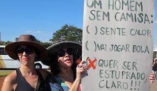 Um homem sem camisa... quer ser estuprado, é claro! - cartaz da Marcha das Vadias em Brasília