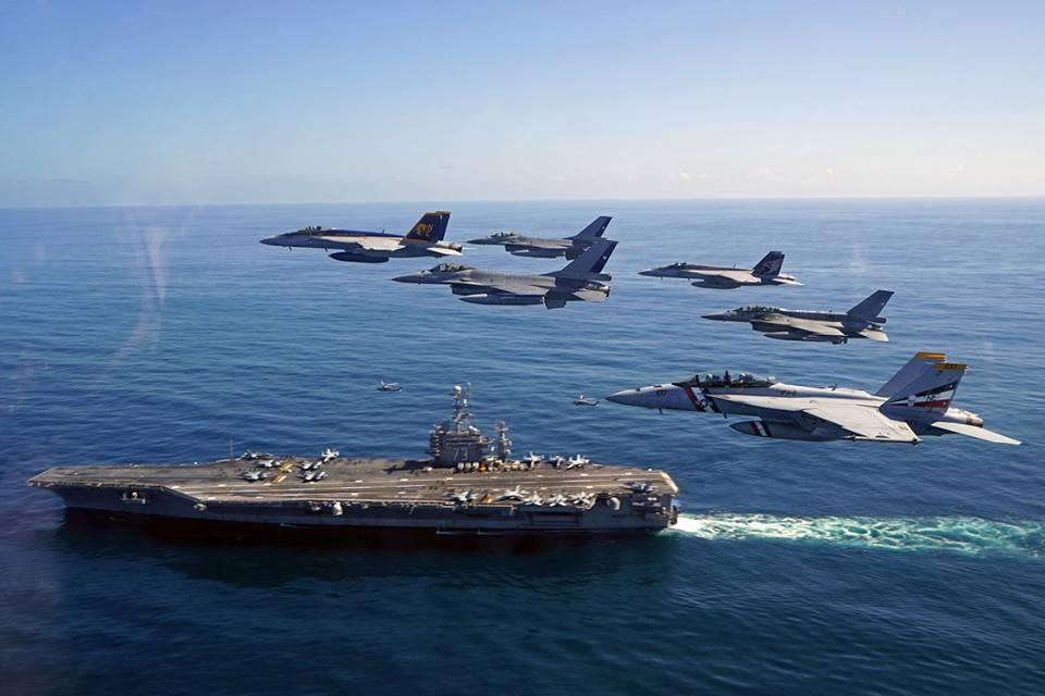 """En el Ejercicio Blue Sky V participaron aeronaves de combate de la Fuerza Aérea de Chile y del portaaviones """"George Washington"""" de Estados Unidos."""