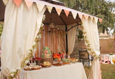 mesa do bolo arraiá de núpcias flores de papel crepom casamento julino