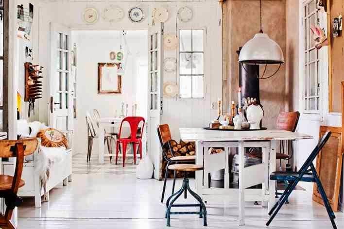 Eklektyczne wnętrze, metalowe krzesła, krzesła tolix, metalowe taborety, industrialna lampa, drewniany stół, biała, drewniana podłoga