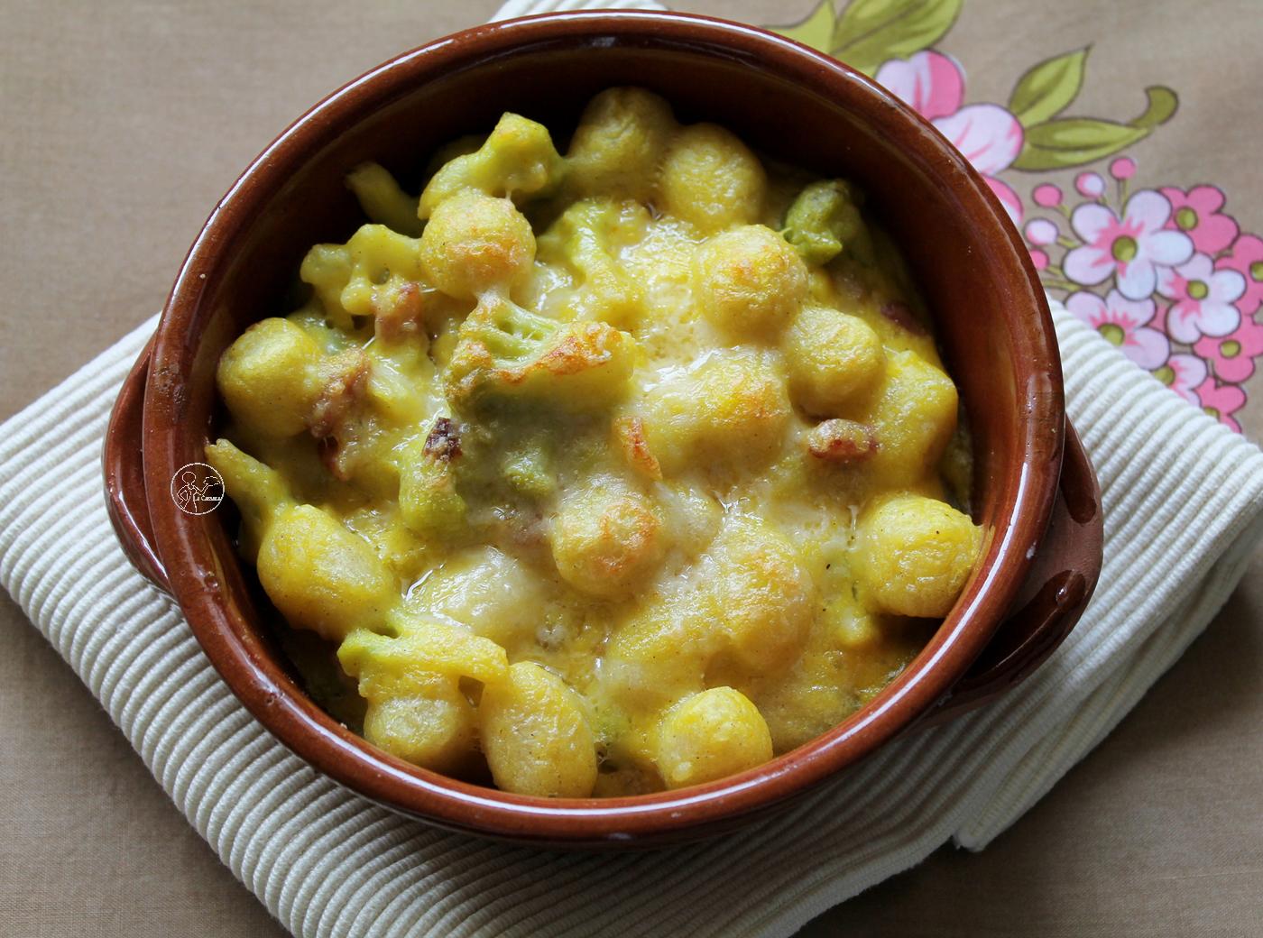 gnocchi di patate con besciamella allo zafferano, pancetta e broccoli