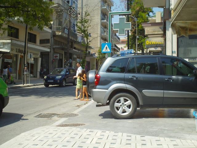 Διάβαση πεζών ή έλλειψη χώρων στάθμευσης;