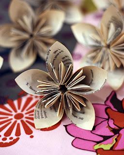Flor de papel hecha con hojas de libros