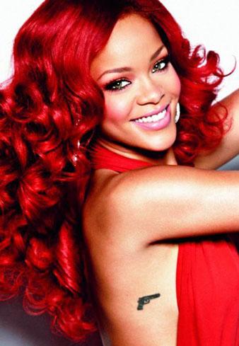 Rihanna'ya en çok yakışan saç renginin nar kızılı olduğu düşüncesindeyim. Rihanna'nın bu resminde görüldüğü üzere Rihanna nar kızılı uzun saçalrına kıvırcık saç modeli yaptırmış ve eşsiz bir görünüme sahip olmuştur.