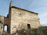 El mur de ponent enllaça mitjançant un passadís amb el veí Mas d'Olzinelles