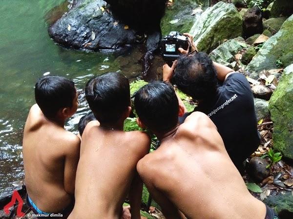 melihat-foto-air-terjun-pria-laot
