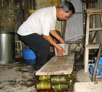 """""""Banh Chung"""" (Chung cake) is a traditional and irreplaceable cake of Vietnamese people in the Tet Holidays and King Hung's anniversary (10th March Lunar). For the Vietnamese, making """"Banh Chung"""" is the ideal way to express gratitude to their ancestors and homeland."""