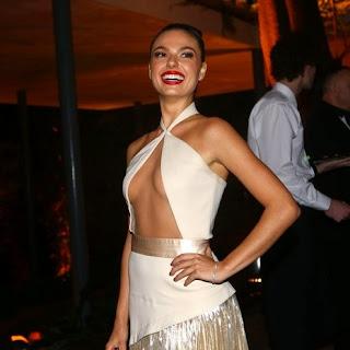 Com um mega decote a atriz Isis Valverde esteve em lançamento de linha de maquiagens em São Paulo