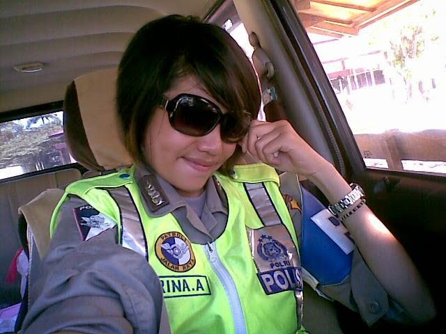 Foto polwan narsis Indonesia di Mobil