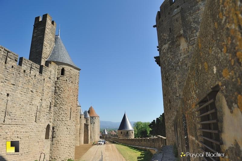 Sur le chemin de ronde du remparts extérieur de Carcassonne photo pascal Blachier