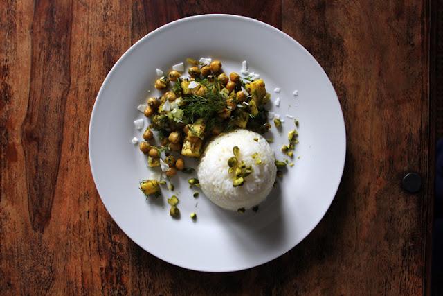 Safran-Reis mit Mango-Kichererbsen-Dill-Curry