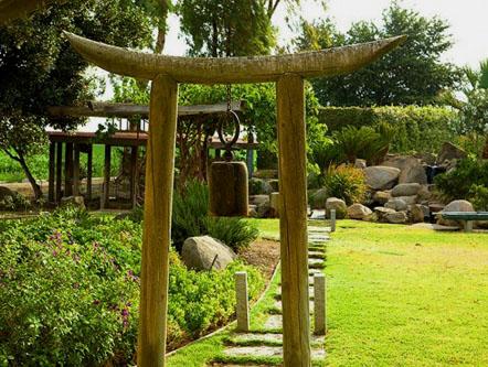 foto jardín zen japones hermoso con camino de piedra y puerta de madera