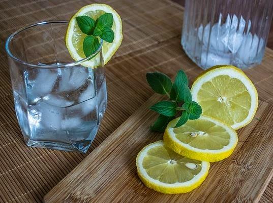 Água aromática que desincha a barriga em 5 dias