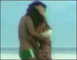 imagem do vídeo de daniela cicarelli na praia com o namorado