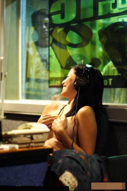 Aksi Nekat Cewek Penyiar Radio Telanjang
