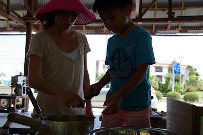 沖縄家族旅行 おすすめ体験/観光 サトウキビ刈り 黒糖