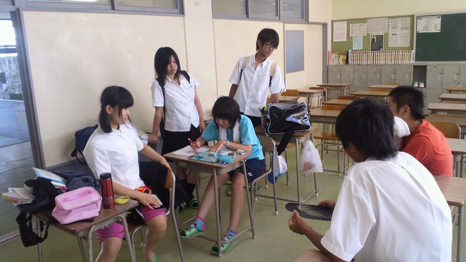 図書館や自習室では、いつもと変わらず熱心に勉強に取り組む生徒の姿がある... 宇治山田高校長のペ