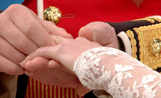 Prince William has problem putting ring on Kates finger