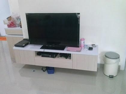 Meja TV gantung tampa kaki