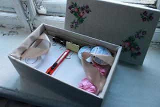 органайзер своими руками, органайзер из коробки, хранение мелочей, коробка для мулине, хранение ниток мулине, настроение своими руками, вышивка на коробке,