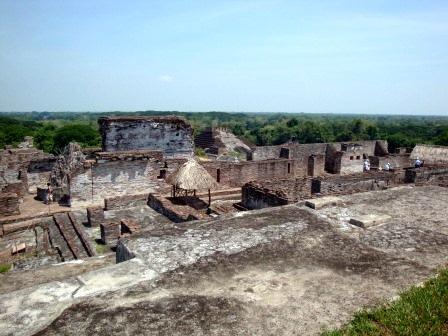 Acrópolis de la ciudad maya de Comalcalco (Foto de Alfonsobouchot, lic. CC)