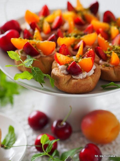 deser , małe słodkości , ciastka z kremem , owoce letnie