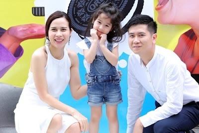 Hai vợ chồng và cô con gái Mina
