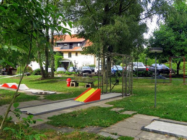 Ansicht Hotel Heidehof mit Minigolfplatz