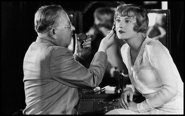 Max Factor maquilhando uma actriz com os seus produtos