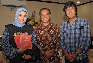 Prof. Dr. Marsudi, Dekan FH UGM, dan Marissa Haque, Ikang Fawzi