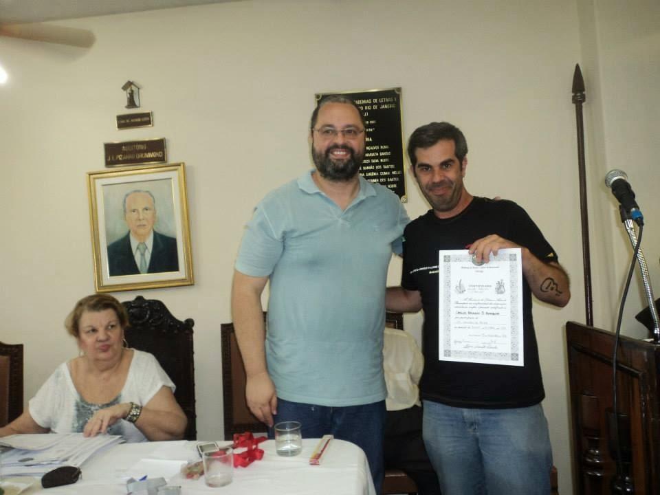 O professor Carlos Brunno recebe sua menção honrosa da ALAP
