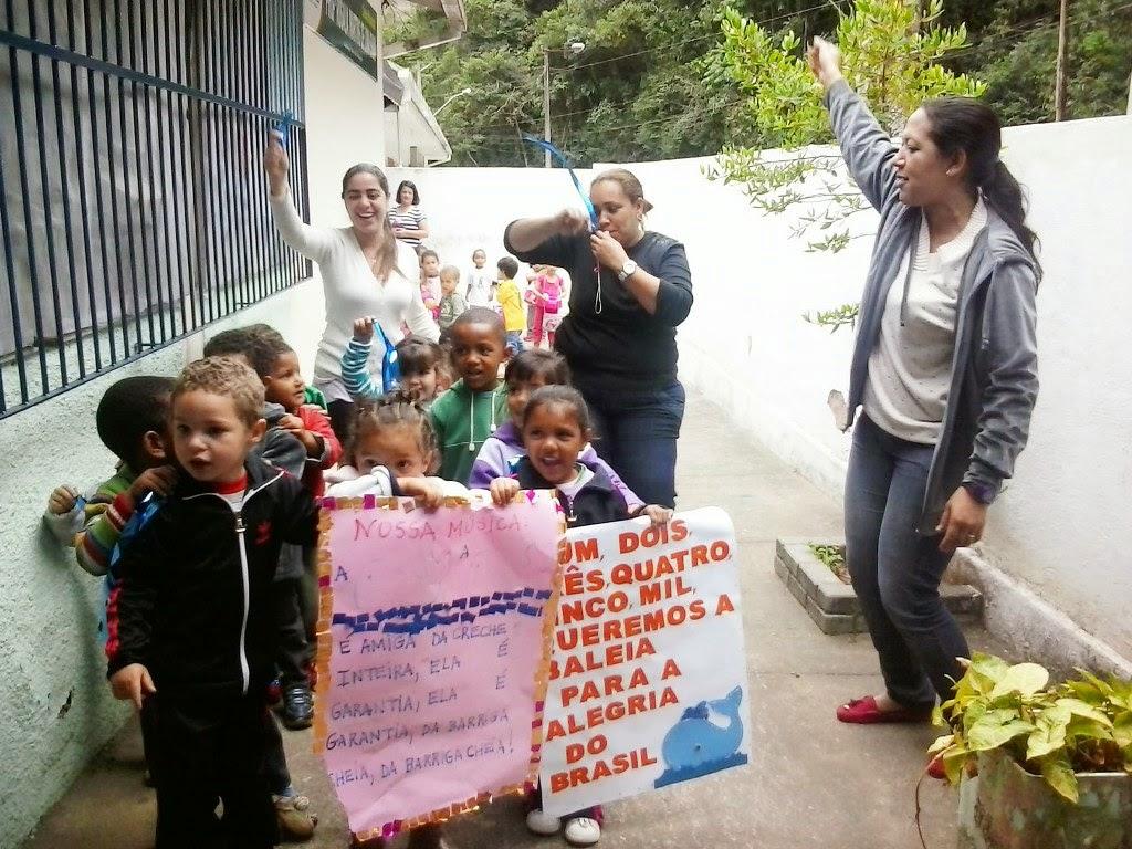 Alunos da Creche Municipal Professora Rosália Martins envolvidos em uma animada eleição com candidatos inusitados