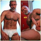 Silver, de barba branca, tira o pauzão da cueca