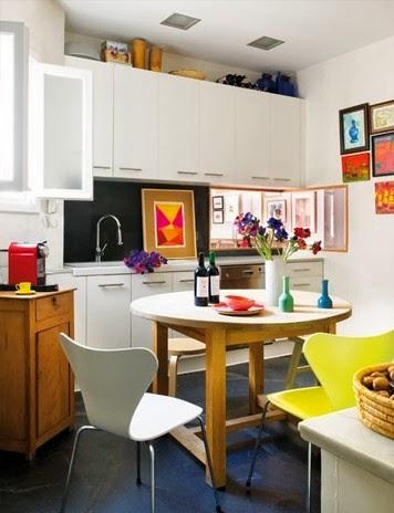 Białe meble kuchenne, żółte krzesło, białe krzesło w kuchni, kolorowe grafiki w kuchni
