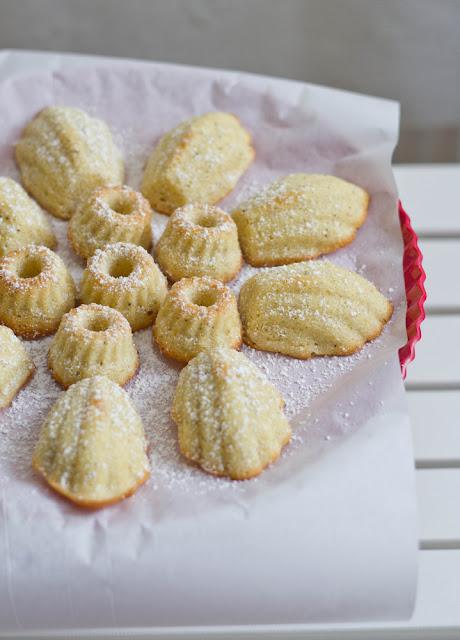 frisch gebackene, zarte Minigugl und kleine Madeleines mit Vanille