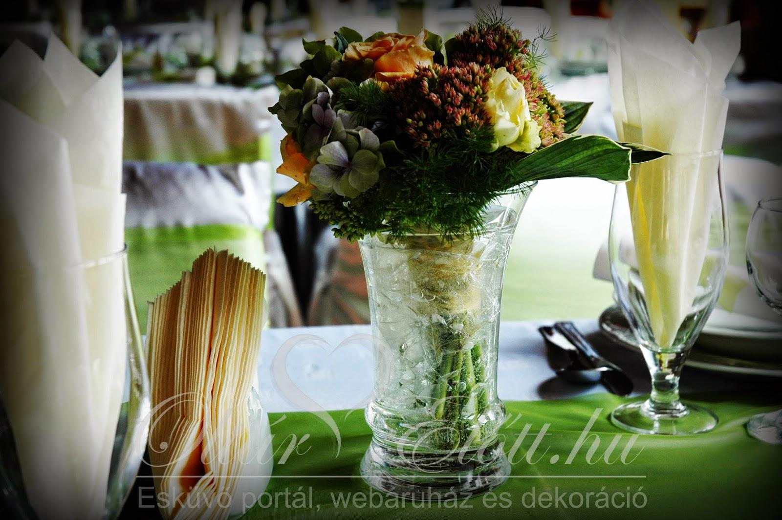 asztaldísz mezei virágokból vázában
