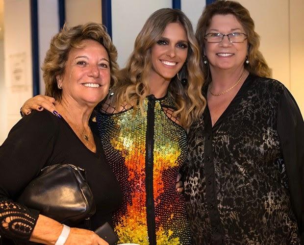 Fernanda Lima recebe sua mãe e sua sogra no camarim de seu programa, SuperStar, que vai ao ar nos domingos...