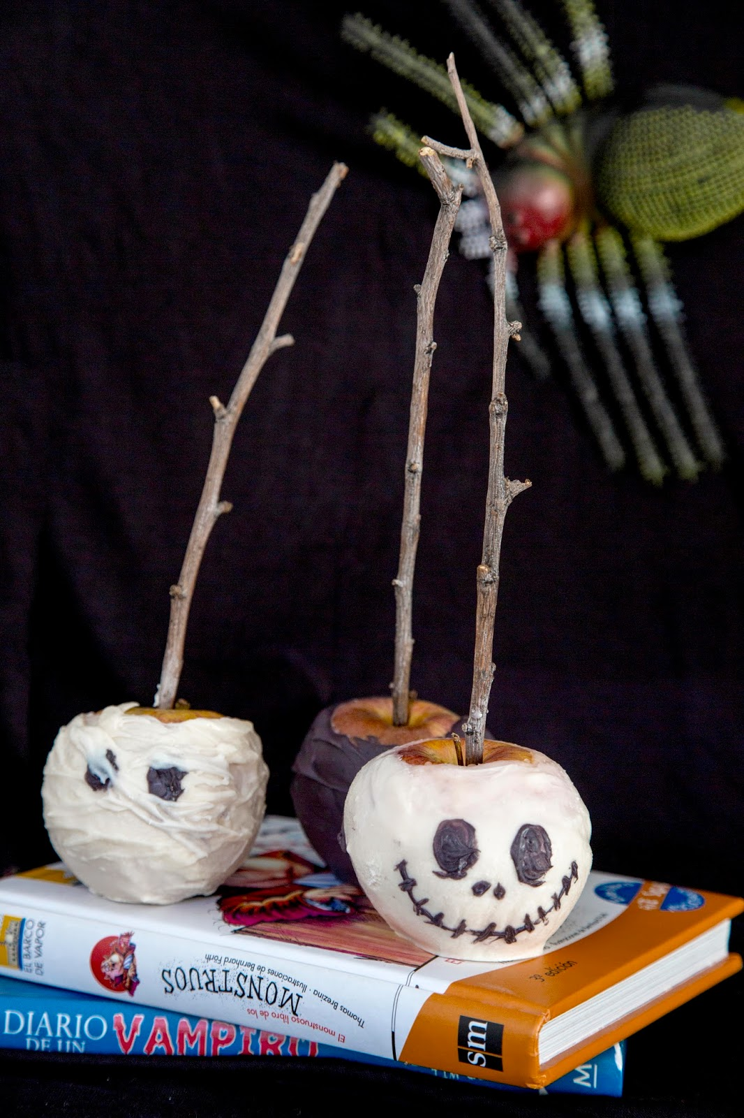 Manzanas con cobertura de chocolate o Candy Melts de Halloween
