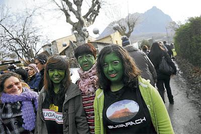 wanita cat hijau