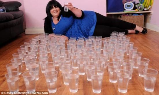 Mujer adicta al agua, bebe 25 litros al día