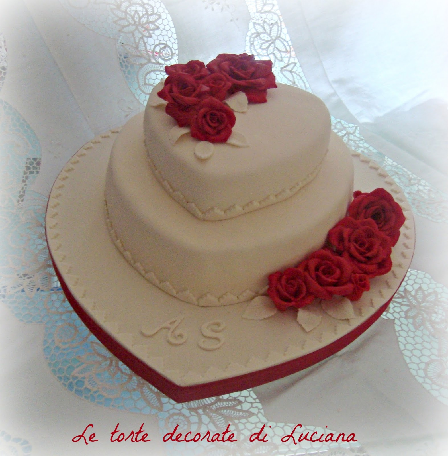 Le torte decorate torta matrimonio cuori e rose rosse for Piani a forma di artigiano