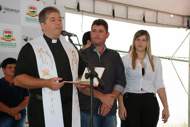Padre Jorge Luiz Pacheco de Medeiros faz uma oração especial, abençoando a praça