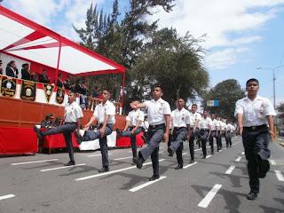 Alumnos sanjosefinos durante su paso por la tribuna oficial