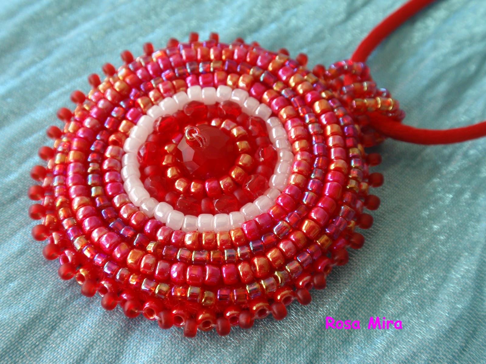 Con perlas y más...: Colgante bordado rojo