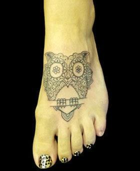 Tatuagens de corujas para o pé feminino