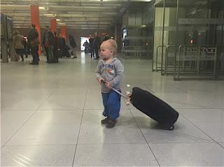 Christkind zieht den Koffer