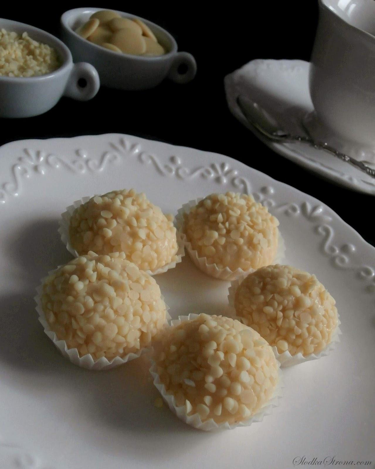Białe Trufle - Przepis - Słodka Strona, Domowe Białe Trufle to propozycja dla wielbicieli białej czekolady. Każdy kto ją lubi pokocha również te czekoladki, których środek stanowi delikatna kremowa masa  a wierzch zdobią micro krople również z białej czekolady. Białe Trufle - Przepis - Słodka Strona białe czekoladki, czekoladki z białej czekolady, białe czekoladki, domowe czekoladki, jak zrobic trufle, jak zrobić trufle z czekolady, czekoladki z bialej czekolady, biała czekolada,