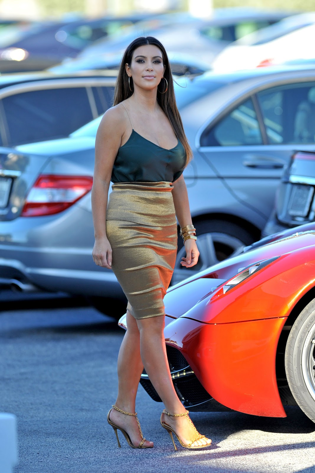 http://1.bp.blogspot.com/-biXYHaPU2BU/UJE6hREeXiI/AAAAAAAAXoI/RhTzJXnslTg/s1600/Kim+Kardashian++at+Prestige+Imports+car+showroom+in+Miami+October+30%252C+2012+-12.jpg